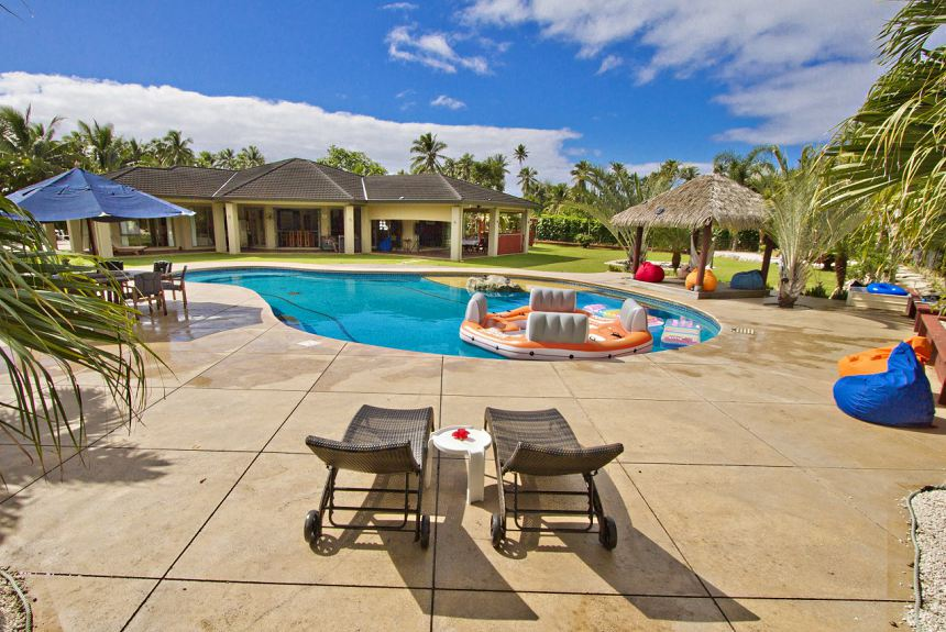 GT's Rarotonga Fishing Lodge - View of Lodge from Pool